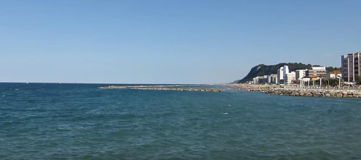 Il moletto si sviluppa su una lingua di strada che va verso il mare, partendo da via Nazario Sauro sul lungomare