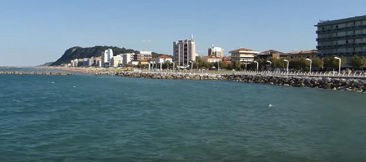 Dal moletto sul mare si vede una parte della città che si affaccia sul mare