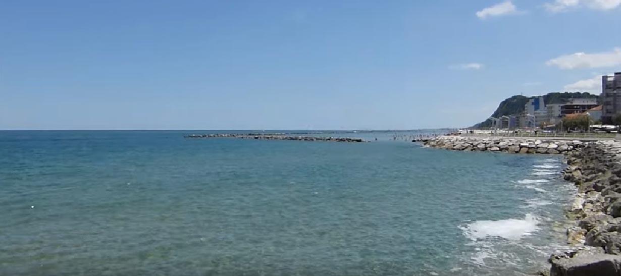 Vista dal mare verso il Monte Ardizio