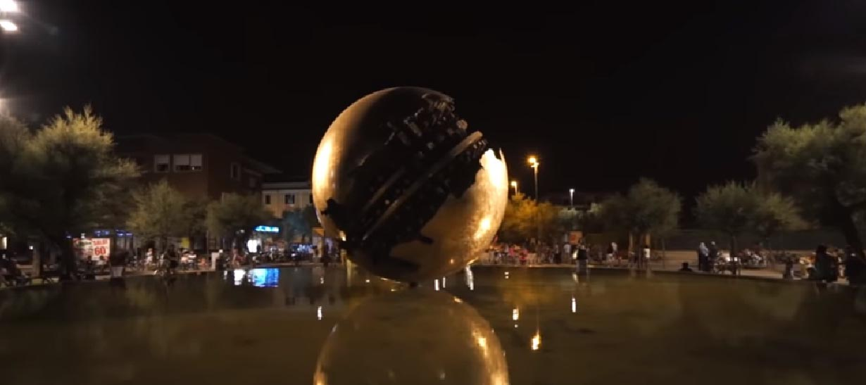 la palla di Arnaldo Pomodoro