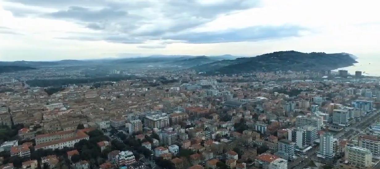 Si vede una parte della città da una ripresa aerea