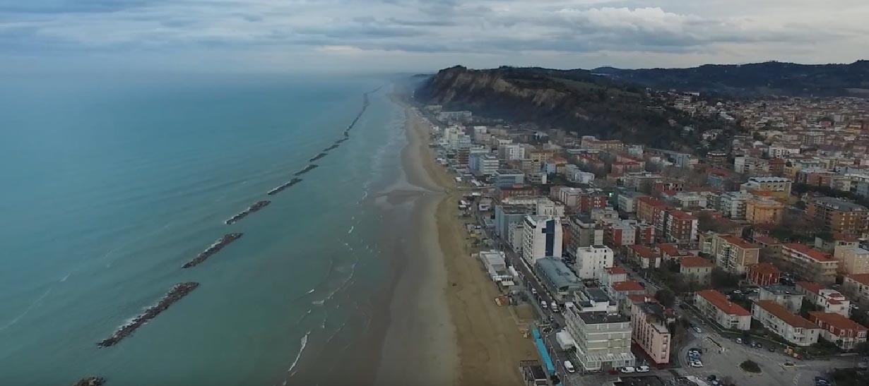 vista aerea dal lungomare, sullo sfondo il Monte Ardizio a picco sul mare
